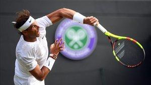 Nadal, sacando ante Sugita en el estreno en Wimbledon.