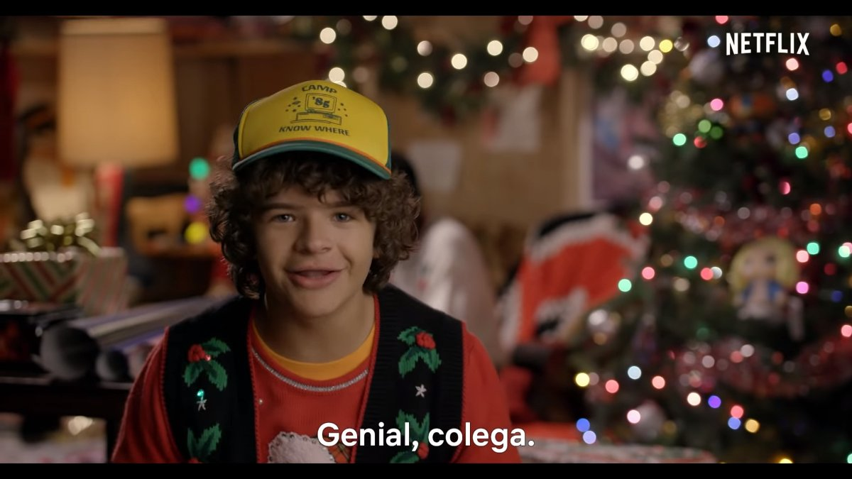 El joven actor Gaten Matarazzo, en un momento del vídeo navideño de la serie de Netflix 'Stranger Things'.