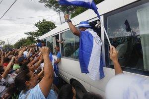 Manifestantes celebran la liberación depresospolíticos en Nicaragua.