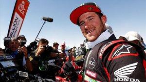 El norteamericano Ricky Brabec (Honda) muestra su felicidad al final del duro Dakar.