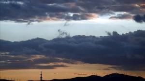 Atardecer en Pamplona donde las nubes y claros se han ido alternando este martes El Ayuntamiento de Pamplona y la Policía Municipal han llamado a la precaución ante las fuertes rachas de viento que se esperan para mañana por la tardeprovocadas por la entrada de una nueva borrasca.