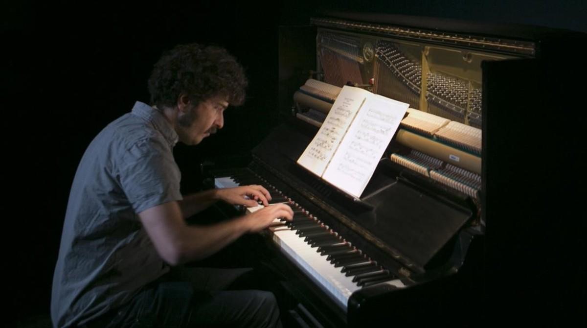El pianista amateur Rubén Ramosdurante su actuación enel Antic Teatre.