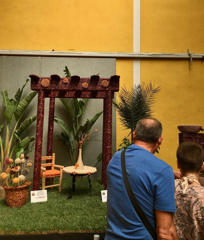 Padres e hijos han podido admirar las paneras artísticas y de semillas expuestas en la feria
