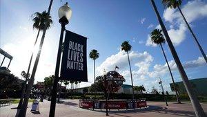 Pancarta en la que puede leerse 'Black Lives Matter' (Las vidas negras importan) en Lago Buenavita, en Florida, en el recinto donde se celebran los 'playoffs' de la NBA, este miércoles.