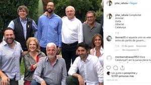 La periodista Pilar Rahola ha compartido una imagen de los asistentes a la paella de verano con amigos de Puigdemont en Waterloo.