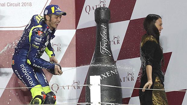 Rossi va dutxar l'hostessa del podi de Qatar, tot i estar prohibit