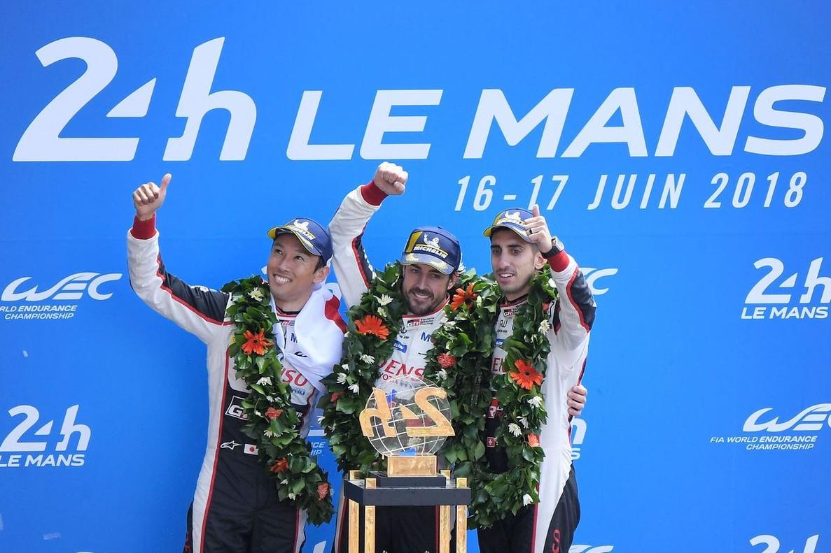 El podio de Le Mans: Fernando Alonso,Kazuki Nakajima, derecha,y el suizoSebastien Buemi.