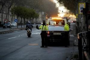 Agentes de la Policía Local de Madrid, denunciando a un automovilista con matrícula par.