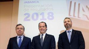 El presidente de AbancaJuan Carlos Escotetacompanado del consejero delegadoFrancisco Botasy del director general financiero de la entidadAlberto de Francisco.
