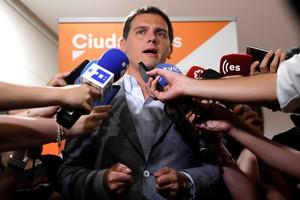 El presidente de Ciudadanos, Albert Rivera, atiende a los medios de comunicación.