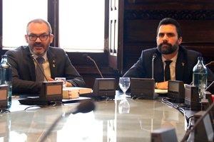 El presidente del Parlament, Roger Torrent (derecha), y el vicepresidente primero, Josep Costa, en la reunión de la Mesa, este lunes.