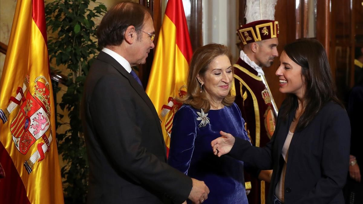 El presidente de Senado y la presidenta de la Cámara Baja, saludan a Irene Montero.