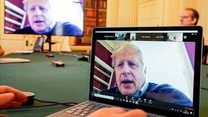 El primer ministro británico, Boris Johnson, participa desde su confinamiento en una reunión con su equipo.