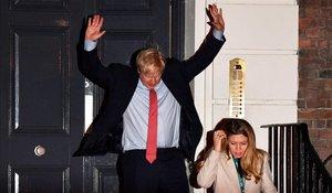 El primer ministro de Gran Bretaña, Boris Johnson y su novia, Carrie Symonds, celebran la victoria 'torie' enla sede del Partido Conservador, en Londres, este viernes.