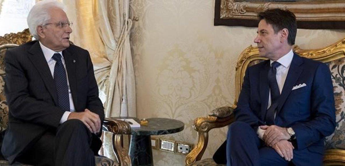 El primer ministro de Italia, Giuseppe Conte, (derecha) y el presidente, Sergio Mattarella.
