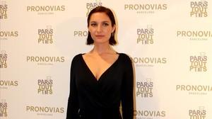 La actriz y cantanteJosephine de la Baume posa en el photocall de la nueva boutique de Pronovias.