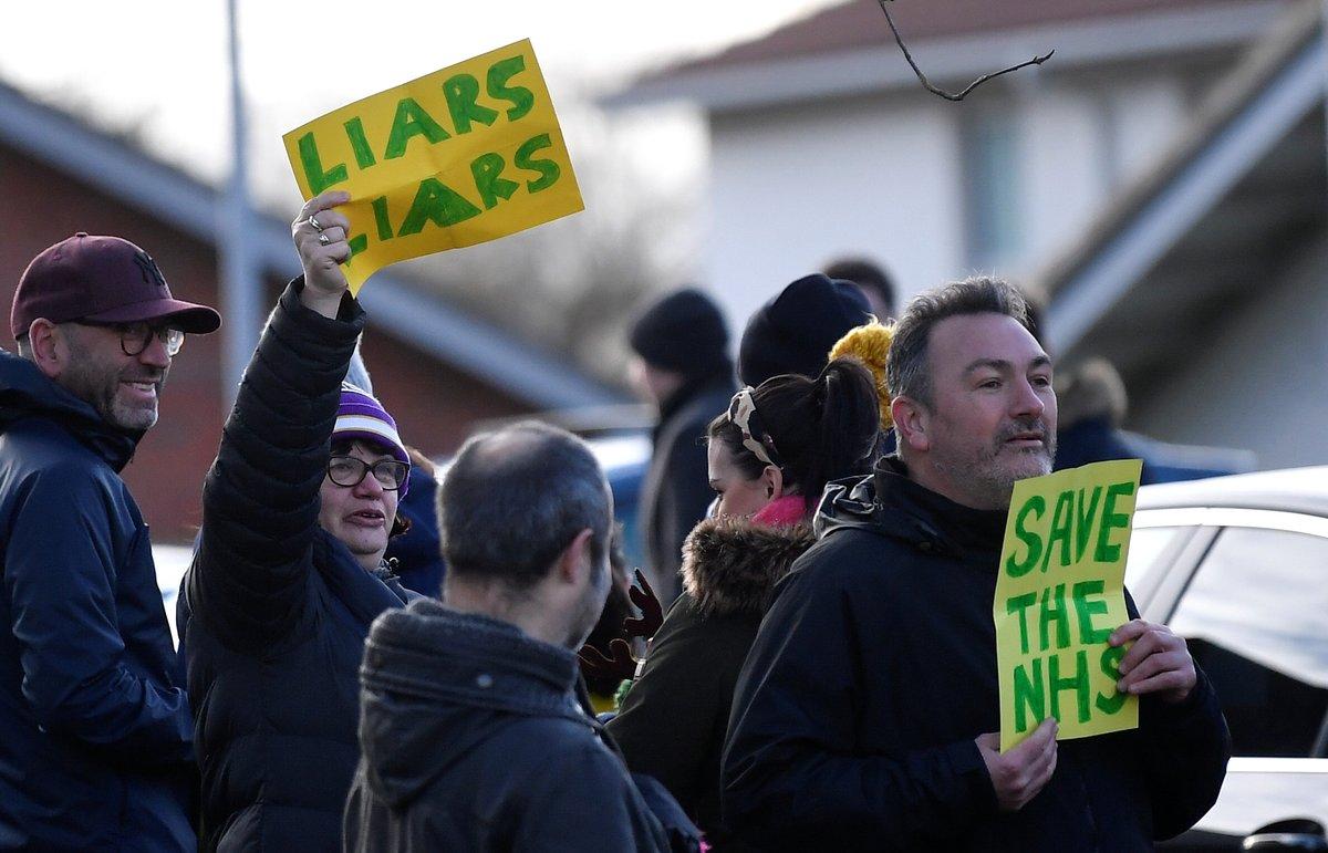 Protesta contra el primer ministro, Boris Johnson, en la localidad de Cheadle Hulme, en el noreste de Inglaterra.