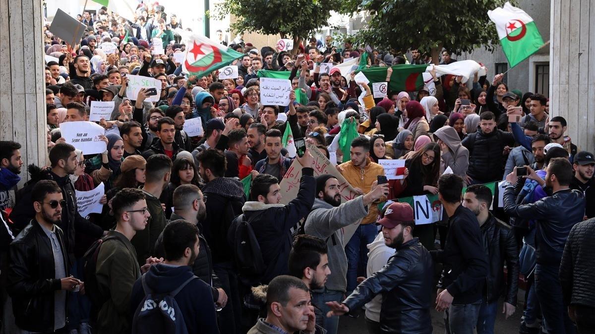 Protesta estudiantil contra Buteflika en Argel.