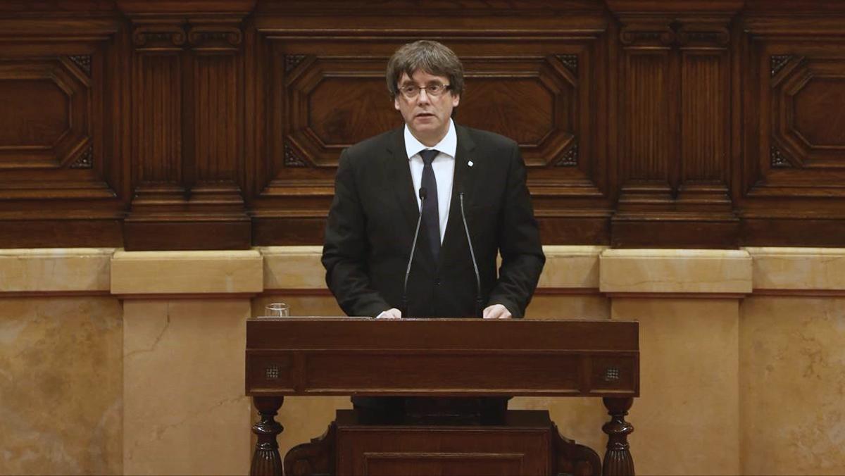 Puigdemont proclama la República, y propone al Parlament que la suspenda.