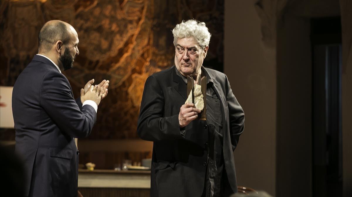 Quim Monzó recoge el Premi dHonor de les Lletres Catalanes en el Palau.