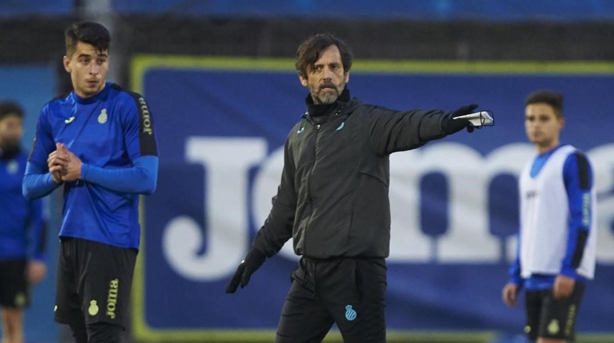 Quique Sánchez Flores, junto a Marc Roca, dirige un entrenamiento del Espanyol.