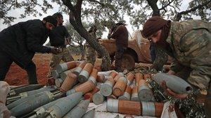 Rebeldes sirios descargan obuses de artillería durante los combates con fuerzas del régimen de Asad, este jueves en Idleb.