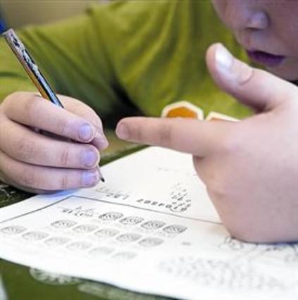 Repaso 8Un estudiante hace ejercicios de matemáticas en la biblioteca.