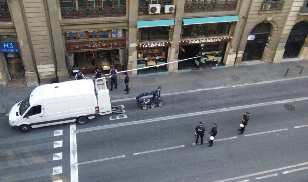 El robot que ha inspeccionado el presunto paquete explosivo, en plena Via Laietana.