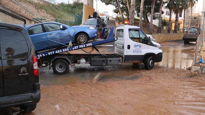 La rotura de una tubería en L'Ampolla inunda calles y arrastra coches.