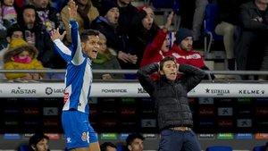 Rubi (derecha) se lamenta junto a Rosales en el partido de este domingo contra el Madrid.