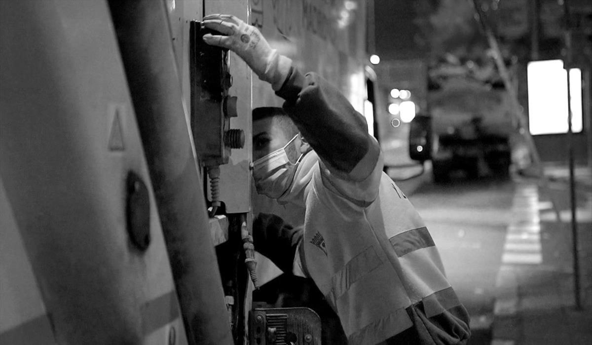 Un trabajador esencial en la noche de Madrid.