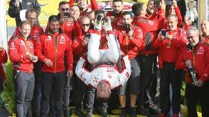 Sábastien Loeb celebra con un salto mortal en el podio de Salou su triunfo en el Rally RACC Catalunya.