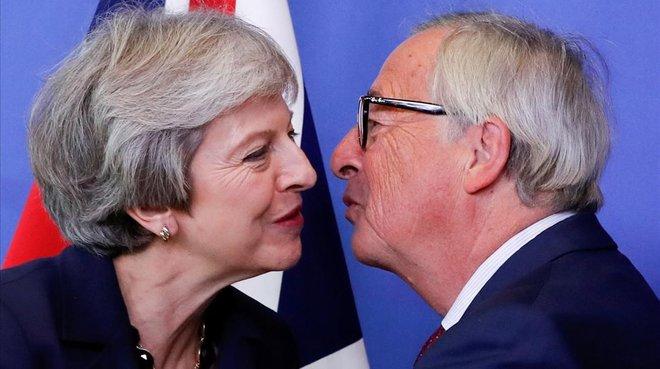 La primera ministra británica, Theresa May, saluda al presidente de la Comisión Europea,Jean-Claude Juncker.