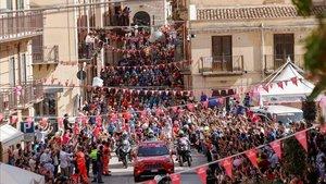 Los ciclistas, en la salida de la segunda etapa del Giro.