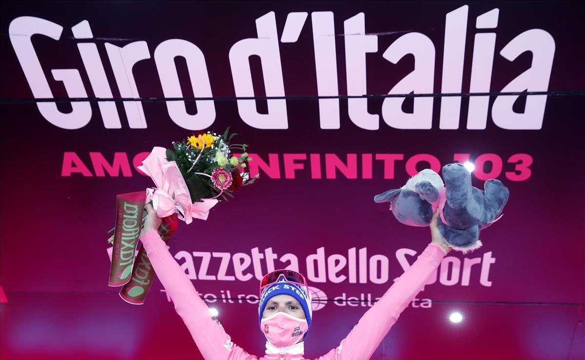 Joâo Almeida, este martes en el podio del Giro.
