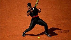 Serena Williams, en Roland Garros, con un vestido que favorecía la circulación tras ser mamá.