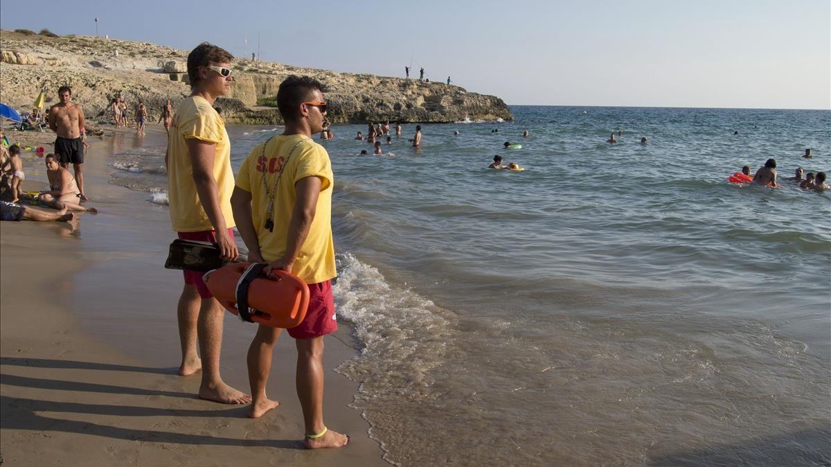 Socorristas en una playa de Torredembarra.