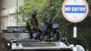 Soldados sentados en un vehículo militar en una calle de Harare, la capital de Zimbabue, el 16 de noviembre.