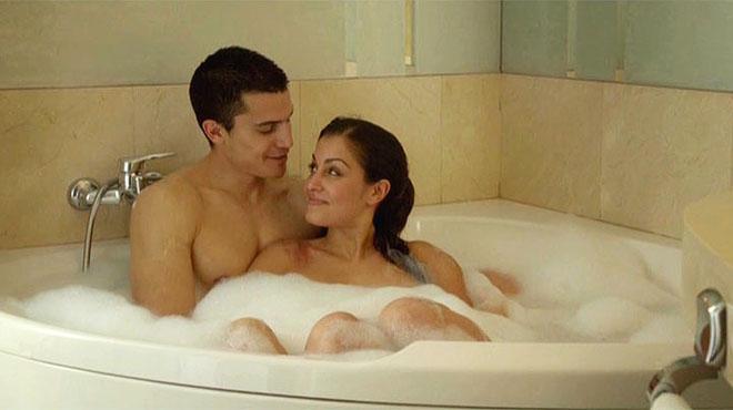 Fátima (Hiba Abouk)y Morey(Álex González), en un baño del Hotel Emperador, en la serie 'El Príncipe', deTele5.