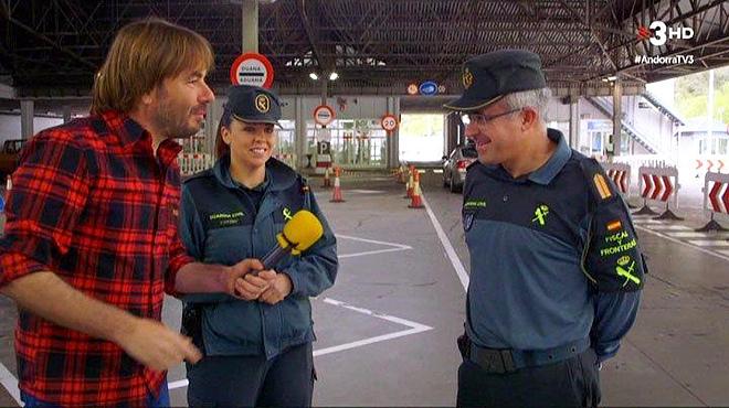 Quim Masferrer con los guardias de la frontera de Andorra (TV-3).