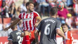 Stuani intenta rematar un centro durante el partido ante el Alcorcón.