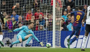 Suárez bate a Neto en la jugada del primer gol.