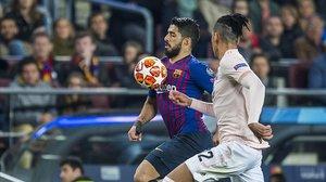 Suárez y Smalling, en la vuelta de la Champions entre el Barça y el Manchester United.