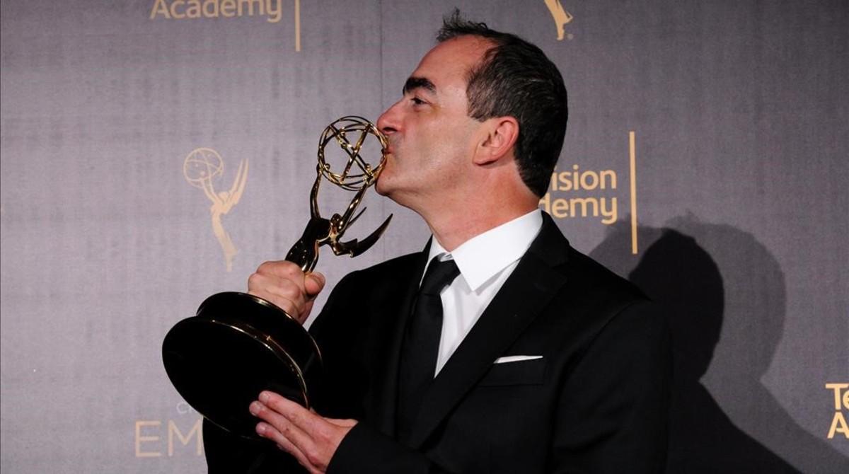 El compositor Victor Reyes, con el Emmy a la mejor banda sonora original, El infiltrado.