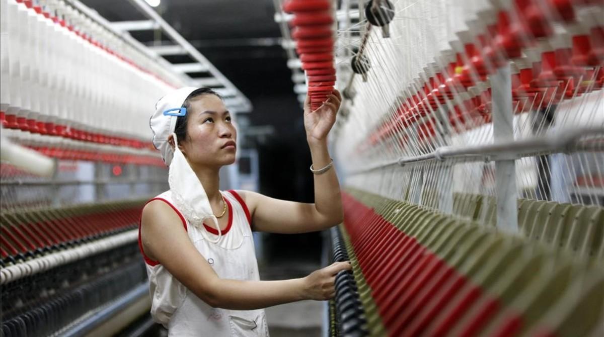 Un trabajador en una fábrica textil china en Huaibei.