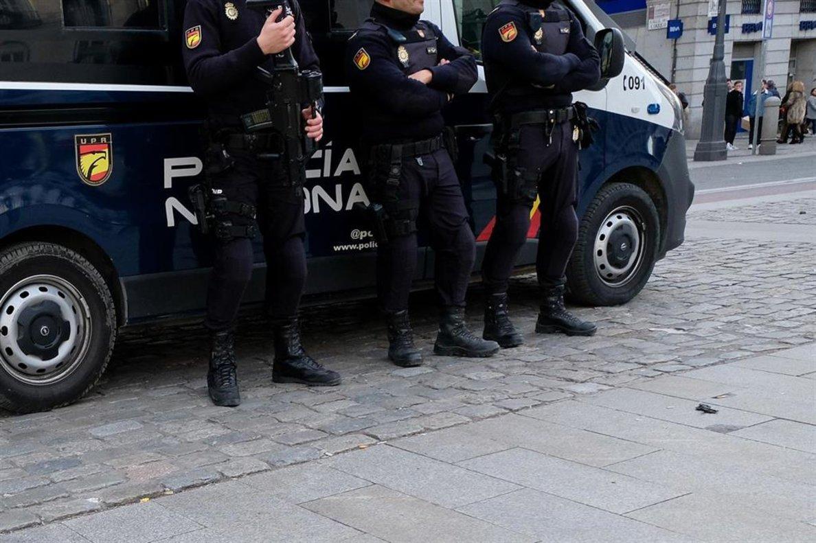 Tres agentes de Policía Nacional.
