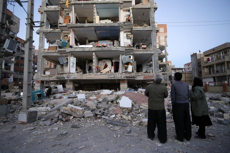 Tres iranís contemplan los daños causados por el terremoto en Sarpol-e-Zahab.