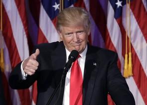 Trump hace el signo de la victoria, en su discurso tras proclamarse vencedor de las elecciones.