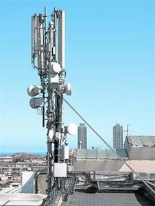 Una antena de telefonía móvil en una azotea de Gran Via con Marina.