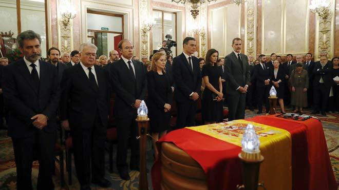 Una bandera de España y otra roja con el símbolo del PSOE, el puño y la rosa, cubren el féretro de Alfredo Pérez Rubalcaba en la capilla ardiente que se ha instalado en el Congreso de los Diputados.